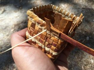 Fletta en søt liten kurv - denne er av sedertre, men tenkte å forsøke meg på samme teknikken med et norsk grantre. De er nokså like, på mange måter. Men den deilige lukta av sedertre få man dessverre ikke.
