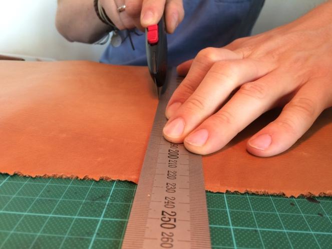 Bruk gjerne en metallinjal som denne - ikke bruk for mye press på noen av hendene. La kniven gjør jobben for deg! Skjær heller mange ganger.