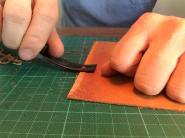 Bruk en 'skinnhøvel' til å flate ut kantene. Dette gjør at skinnet ikke blir dobbelt så tykt der hvor det overlapper.