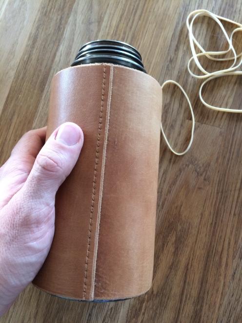 Påfør lim langs hele overlappen. Bruk skinnlim! Legg skinnet rundt flaska. Press. Hold i to minutter.